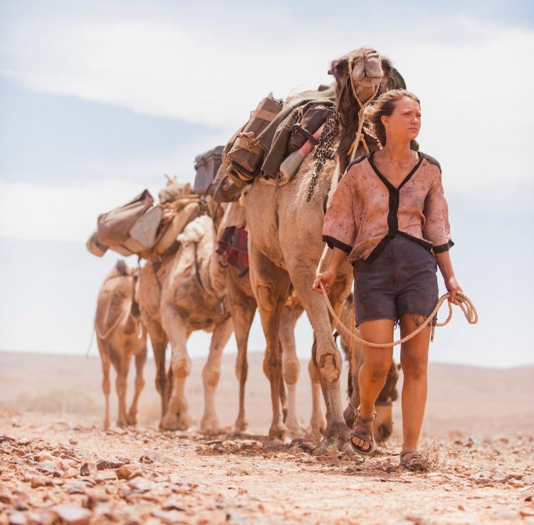 Tracks Robyn Davidson Y Su Aventura Por El Desierto Australiano Negrowhite